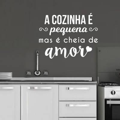 Adesivo de Parede Frase A Cozinha é Pequena Mas é Cheia De Amor